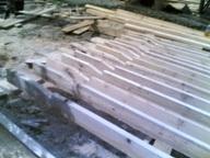 Сруб собран , теперь мы ложим перекрывные - потолочные балки , и готовим стропила для установки каркаса крыши .